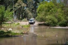 农村安达卢西亚 西班牙 06/10/2016 4x4地形车接近的河为了驾驶  库存图片
