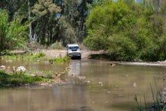 农村安达卢西亚 西班牙 06/10/2016 4x4地形车接近的河为了驾驶  图库摄影