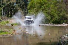 农村安达卢西亚 西班牙 06/10/2016 4x4车导致水的横穿河飞溅 图库摄影