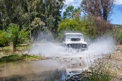 农村安达卢西亚 西班牙 06/10/2016 4x4车导致水的横穿河飞溅 免版税库存图片