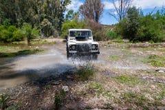 农村安达卢西亚 西班牙 06/10/2016 4x4车导致水的横穿河飞溅 免版税库存照片