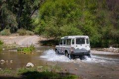 农村安达卢西亚 西班牙 06/10/2016 4x4车横穿浅河床 在4WD汽车后面的看法  免版税库存照片