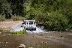 农村安达卢西亚 西班牙 06/10/2016 4x4车横穿浅河床 在4WD汽车后面的看法  图库摄影