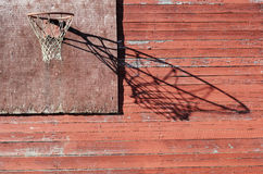 农村室外篮球档板和的箍 免版税库存照片