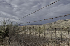 农村导线和铁丝网篱芭 免版税图库摄影