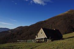 农村小屋在山牧场地 库存照片