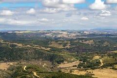 农村干燥冬天植被蓝色多云天空原野大局 库存图片