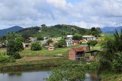 农村房子村庄在小山森林里 免版税库存照片