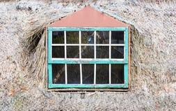 农村房子残破的玻璃窗  库存照片