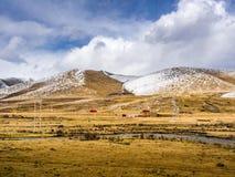 农村房子看法雪山的在四川 免版税库存图片