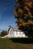 农村教会和秋天颜色 图库摄影
