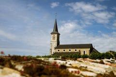 农村教会在葡萄园中的小镇,伯根地 库存图片