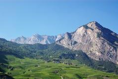 农村横向的山 库存图片