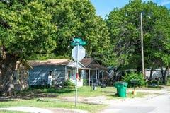 农村生活在美国 老被放弃的房子在村庄 库存照片