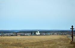 农村的横向 在路旁边的正统木十字架 教会 春天 免版税库存照片