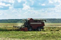 农村的横向 收获的粮食作物收割机 免版税图库摄影