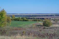 农村秋天风景领域,远的天际 库存照片