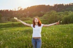 无忧无虑的夏天,享用太阳 库存图片