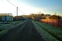 农村街道在俄国假日村庄 库存图片