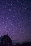 农村谷仓在与星和星座的晚上 库存图片