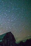 农村谷仓在与星的晚上在冬天 库存照片