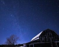 农村谷仓在与星的晚上在冬天 库存图片
