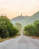 农村路、蓝天和阳光。 免版税库存照片