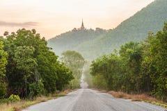 农村路、蓝天和阳光。 免版税库存图片