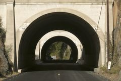 农村路导致隧道通过在高速公路33的一座山在Ojai,文图拉县加利福尼亚 免版税库存照片