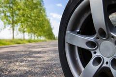 农村路汽车安全轮子在晴朗的早晨 库存图片