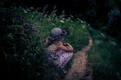 农村道路的孤独的女孩 免版税库存照片