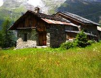 农村阿尔卑斯的瑞士山中的牧人小屋 免版税库存图片