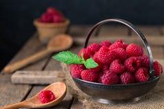 农村静物画用在土气桌上的莓 库存照片