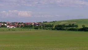 农村风景、城内住宅和绿色领域,天空蔚蓝 股票录像