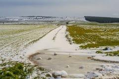 农村风景冬天 亚尔他Murgia国家公园:多雪的小山 -普利亚意大利 库存照片