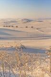 农村风景冬天 在普利亚和巴斯利卡塔之间 与被放弃的农舍的多雪的小山风景 -意大利 库存照片