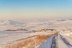 农村风景冬天 在普利亚和巴斯利卡塔之间 与被放弃的农舍的多雪的小山风景 -意大利 库存图片
