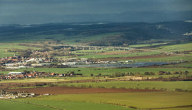 农村风景在有现代新的高速公路的Kyffhaeuser土地 免版税库存照片