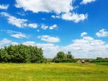 农村风景在的绿色5月在乌克兰-一个清楚的晴天,  库存照片