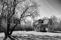 农村风景的被放弃的二层楼的房子 库存图片