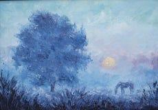 农村风景,早期的有薄雾的早晨,树,马 免版税库存照片