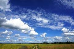 农村风景,白色云彩,蓝天 图库摄影