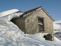 农村高山小屋在冬天 免版税库存照片