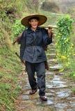 农村年长亚裔人,中国柳条帽子的农民农夫。 免版税库存照片