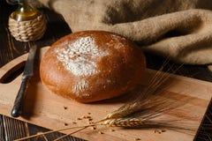 农村黑麦面包在桌上说谎 免版税库存图片