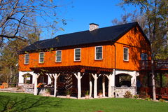 农村Pensilvannia的五颜六色的木议院 库存图片