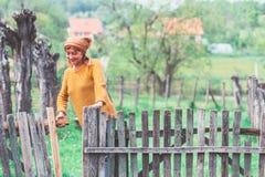 农民成熟妇女在围场 图库摄影