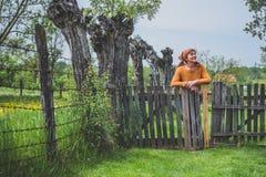农民成熟妇女在围场 免版税图库摄影