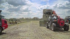 农用拖拉机农业领域的装货干草堆 股票录像