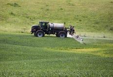 农用拖拉机喷洒 库存照片
